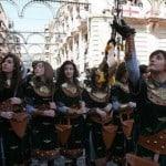 Jóvenes féminas desfilando en Alcoi